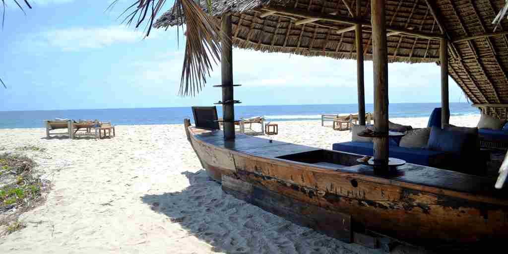 Beach bar at Ras Kutani.JPG