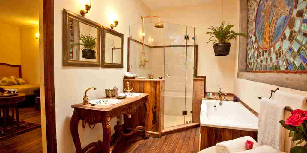 Giraffe Manor - Kellys' bathroom.jpg