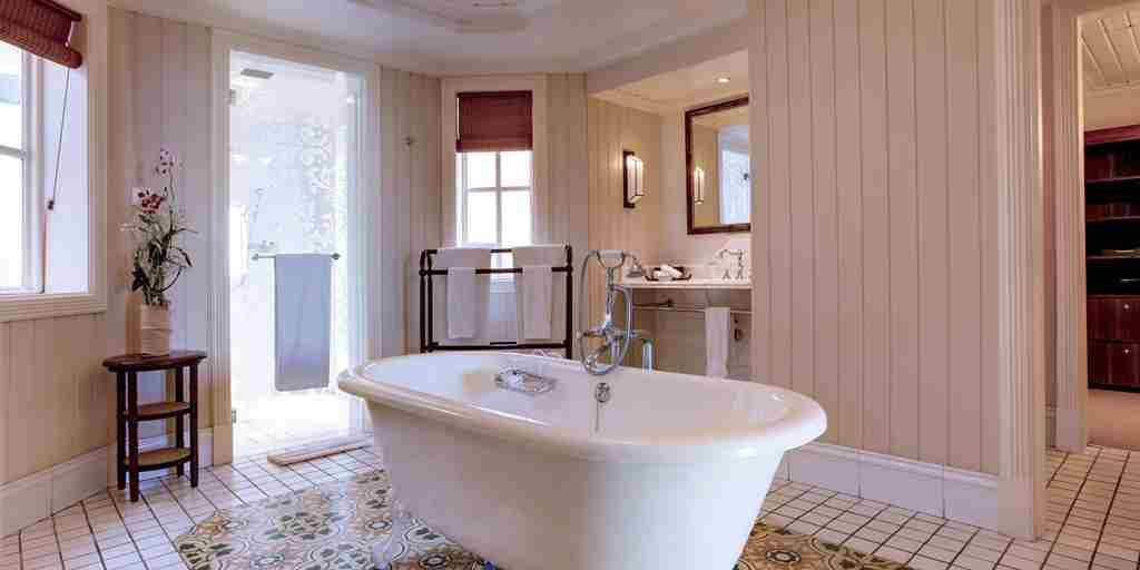HLT-Ocean-Suite-Bathroom.jpg