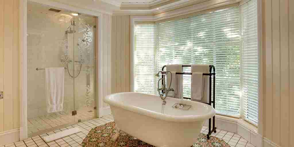 HLT-Junior-Suite-Bathroom.jpg