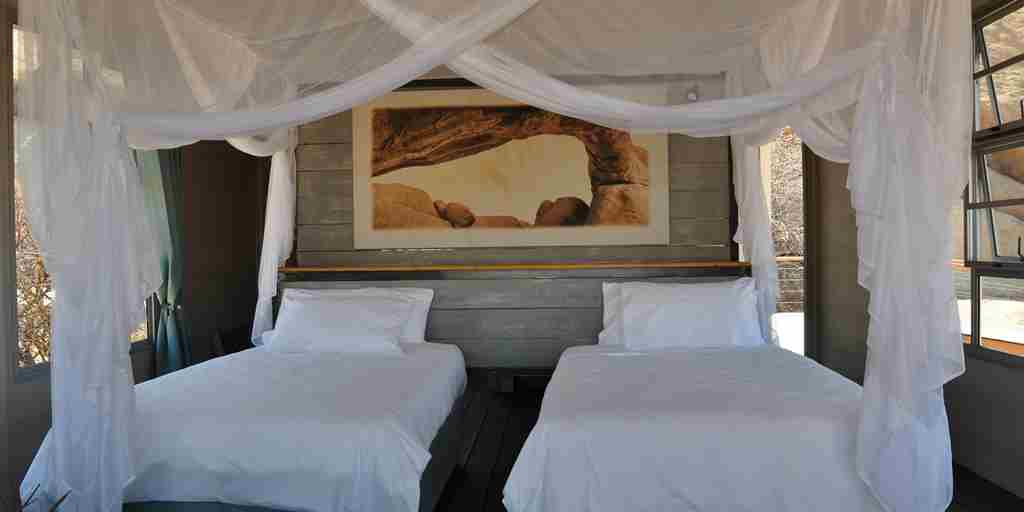 Lodge-twin-bedroom.JPG