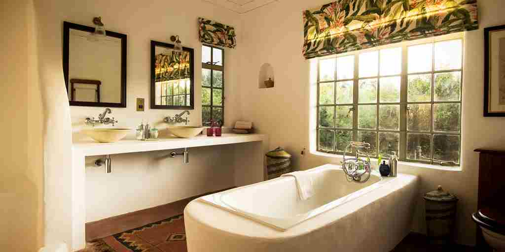 Sabyinyo-Lodge-Bathroom.jpg