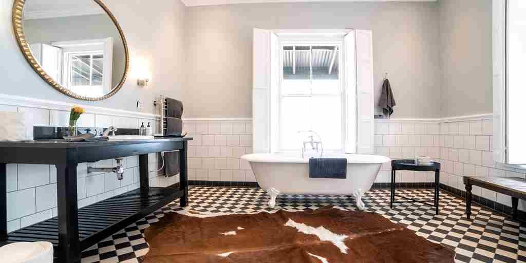 Luxury-Suite-bathroom-La-Fontaine.jpg
