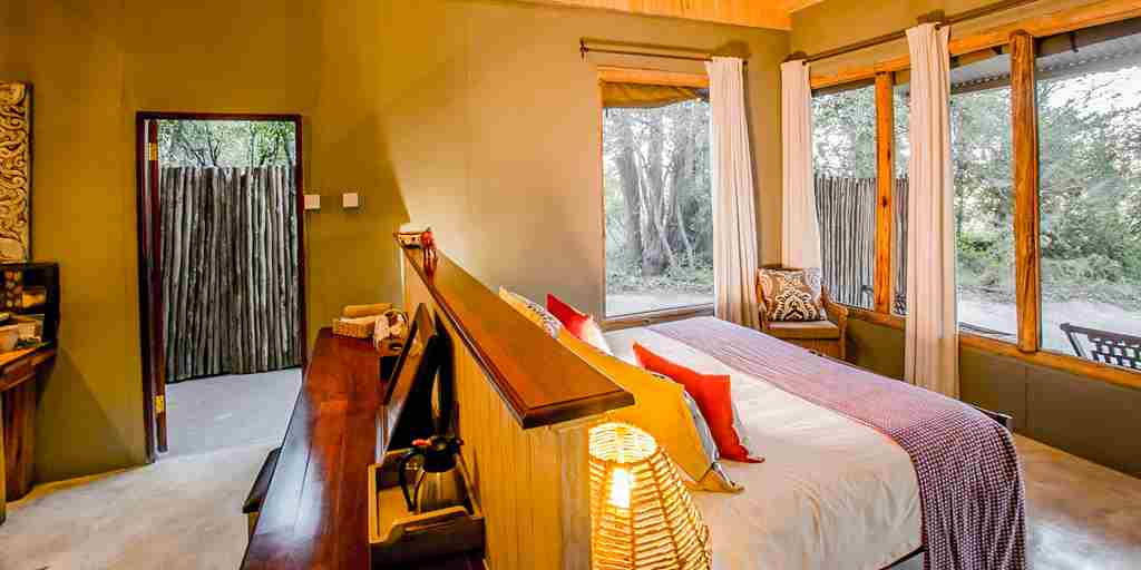 toms-little-hide-bedroom-zimbabwe-yellow-zebra-safaris.jpg