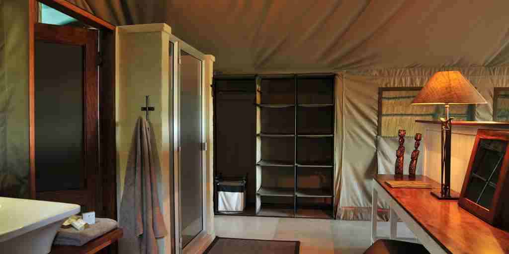 the-hide-safari-camp-bathroom-shower-zimbabwe-yellow-zebra-safaris.JPG