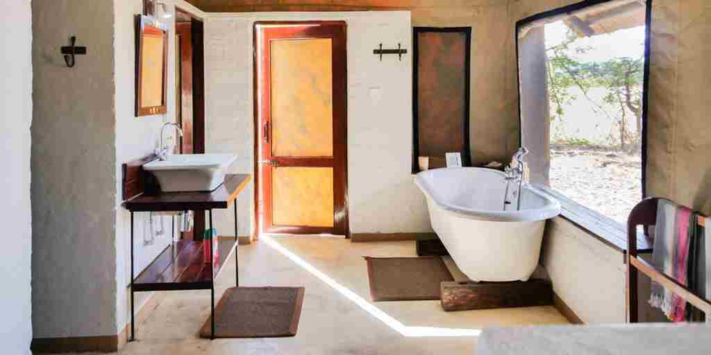 the-hide-safari-camp-bathroom-zimbabwe-yellow-zebra-safaris.jpg