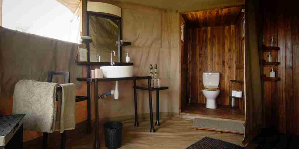 Namiri-Plains-guest-bathroom-enterior-HR-Eliza-Deacon.jpg