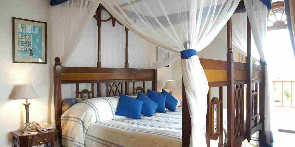 1005 Room with Traditional Fourposter Bed